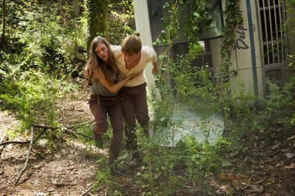 Revolution: Tracy Spiridakos e Graham Rogers in una scena del pilot della serie