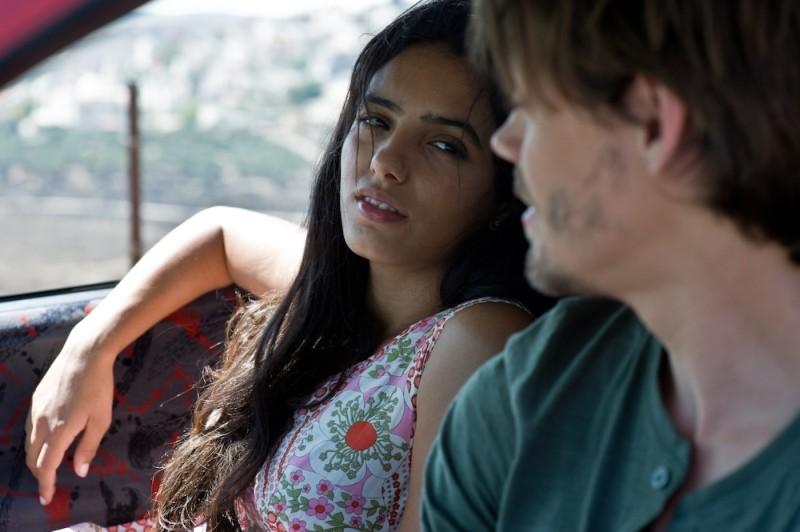 Heritage: Hafsia Herzi in una scena del film insieme a Tom Payne