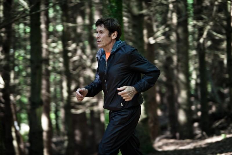 I padroni di casa: Gianni Morandi fa jogging in una scena del film