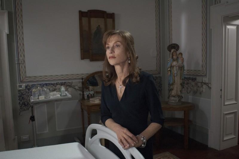 Isabelle Huppert in un'intenso momento tratto da Bella addormentata