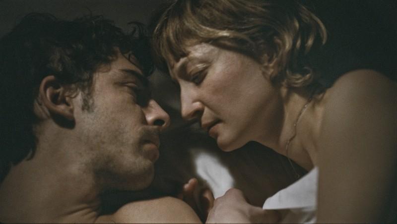 Michele Riondino e Alba Rohrwacher in una tenera immagine di Bella addormentata