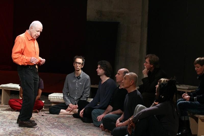 The Tightrope: un'immagine di Peter Brook in teatro