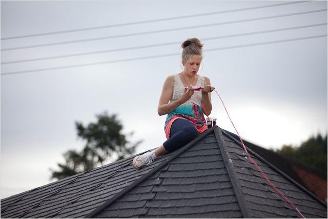 Die Kirche bleibt im Dorf : una spericolata Julia Nachtmann su un tetto