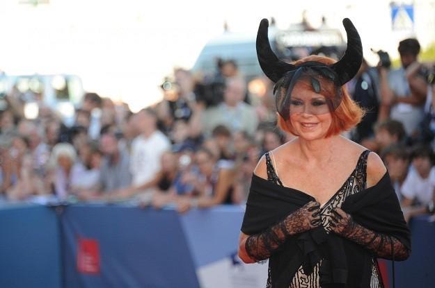 Venezia 2012: Marina Ripa di Meana sfoggia un bel paio di corna nere sul red carpet