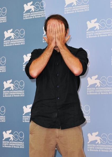 Venezia 2012: Valerio Mastandrea protagonista de Gli Equilibristi si nasconde scherzosamente ai fotografi