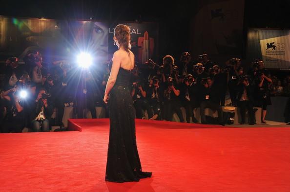 Venezia 2012: Winona Ryder sul tappeto rosso prima della premiere di The Iceman