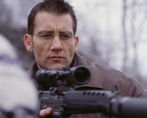 Clive Owen in una scena del film The Bourne Identity