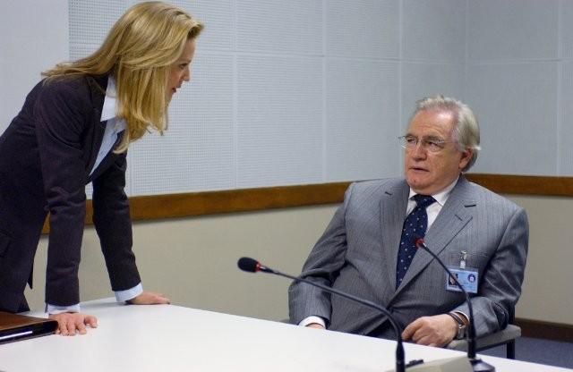 Joan Allen e Brian Cox in una scena di The Bourne Supremacy