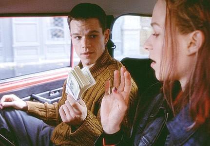 Matt Damon insieme a Franka Potente in una scena del film The Bourne Identity
