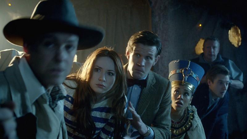 Karen Gillan, Rupert Graves, Matt Smith, Mark Williams, Arthur Darvill e Riann Steele nell'episodio Dinosaurs on a Spaceship della settima stagione di Doctor Who