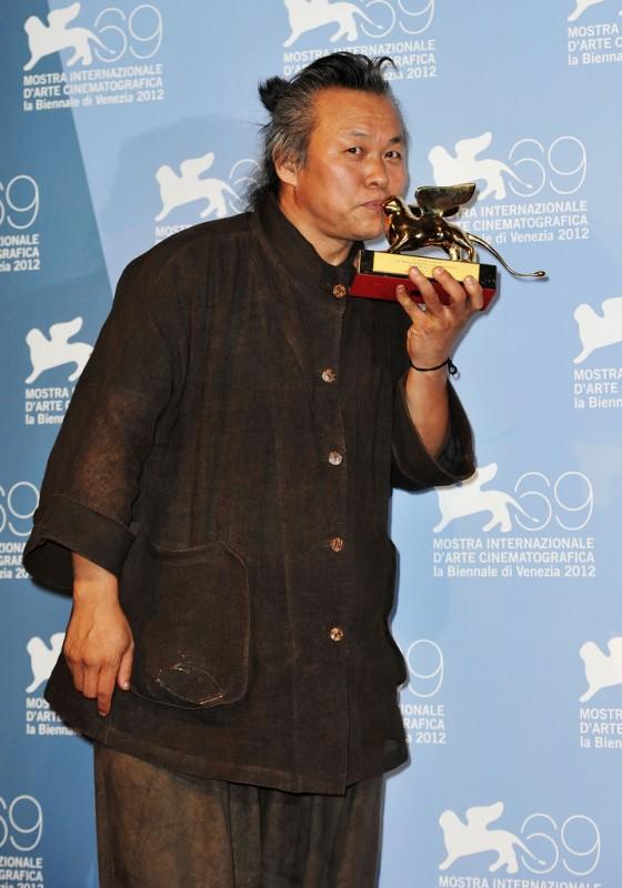 Venezia 2012:  Kim ki-duk bacia il Leone d'Oro ricevuto per Pietà