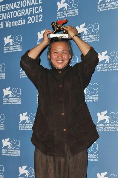Venezia 2012: un raggiante Kim ki-duk con il Leone d'Oro ricevuto per Pietà
