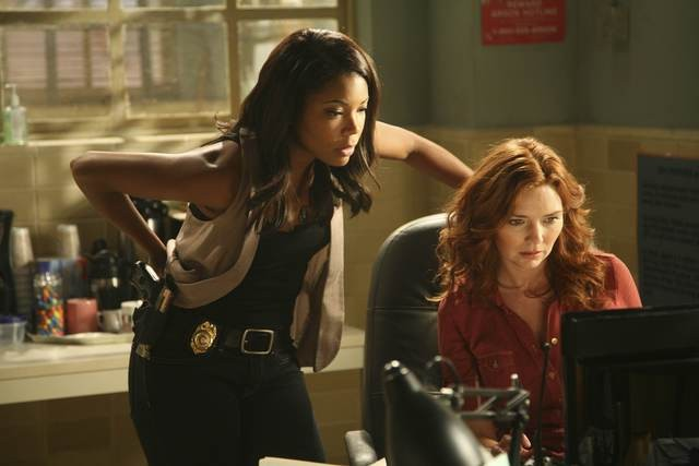 Army Wives: Gabrielle Union e Brigid Brannagh in un momento dell'episodio  Omicidio a Charleston
