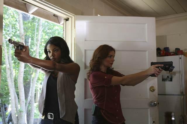 Army Wives: Gabrielle Union e Brigid Brannagh in una scena dell'episodio  Omicidio a Charleston