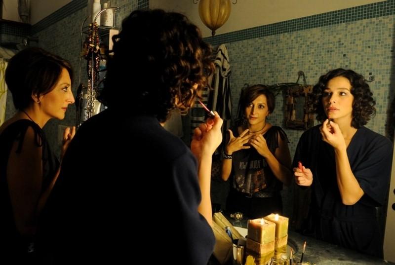 Nicole Grimaudo e Paola Minaccioni in una scena del film All'ultima spiaggia