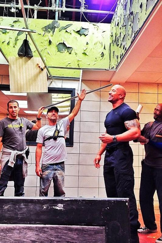 Dwayne Johnson circondato dalla crew sul set di The Fast and the Furious 6