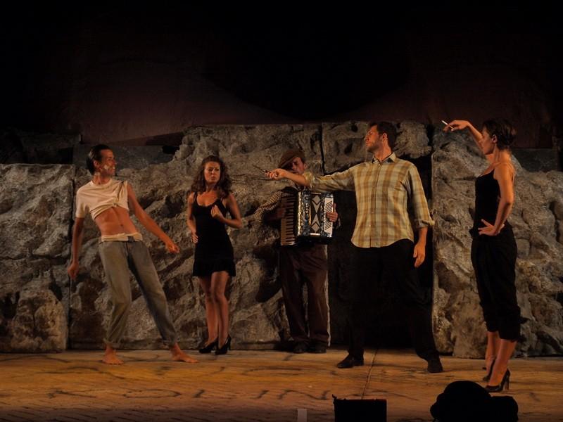 Paestum-Templi/Festival Il Racconto delle Pietre 2011/(a destra)LORENZA CAROLEO con (al centro) SIMONE FRANCIA E (sul fondo) EMANUELE BANCHIO, ERICA IANNULLO E GIULIO FAZIO in una scena di Upupa My Dr