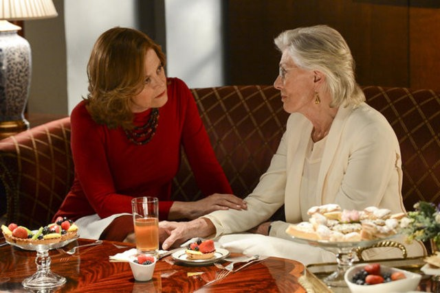 Political Animals: Sigourney Weaver e Vanessa Redgrave in una scena dell'episodio The Woman Problem