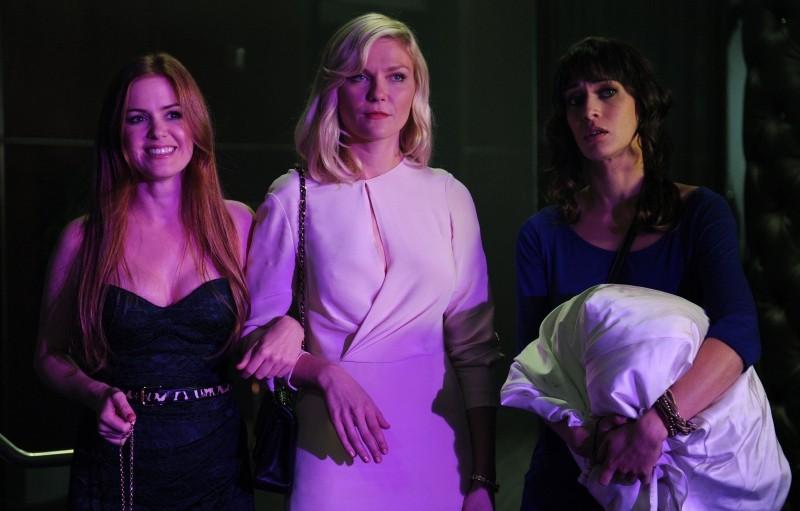 The Wedding Party: Kirsten Dunst, Isla Fisher e Lizzy Caplan nello strip club in una scena