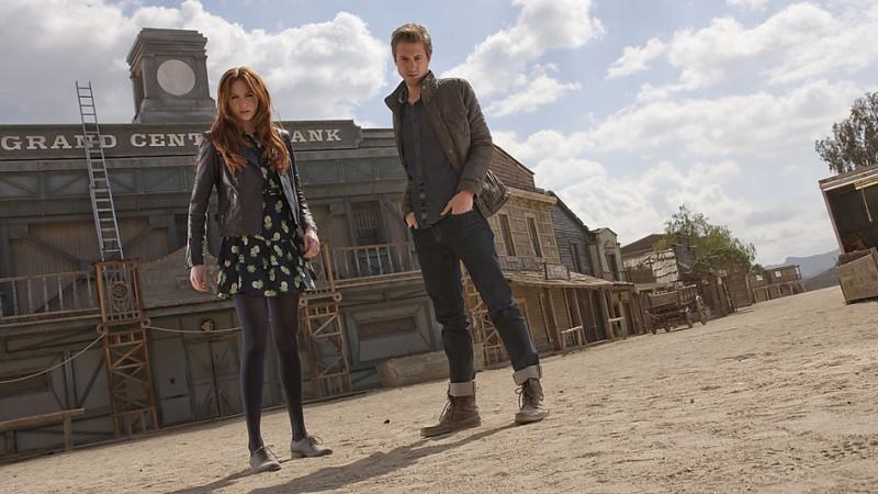 Arthur Darvill e Karen Gillan in un'immagine promozionale dell'episodio A Town Called Mercy della settima stagione di Doctor Who
