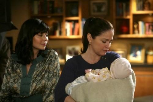 Catherine Bell e Kim Delaney in un momento dell'episodio Decisioni difficili della quinta stagione di Army Wives - Conflitti del cuore