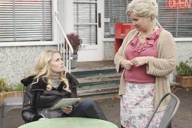 Once Upon a Time: Beverley Elliott e Jennifer Morrison nell'episodio What Happened to Frederick