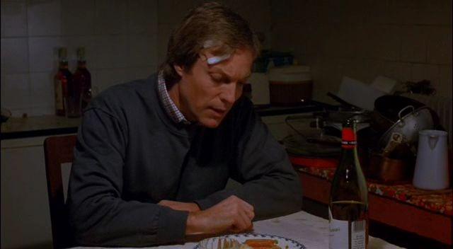 Richard Chamberlain durante una scena del film Identità bruciata