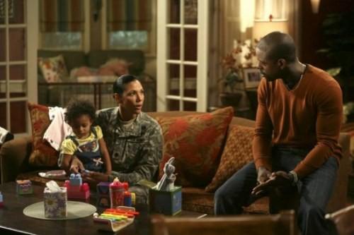 Sterling K. Brown e Wendy Davis in un momento dell'episodio Decisioni difficili della quinta stagione di Army Wives - Conflitti del cuore