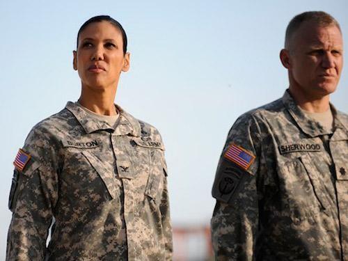 Wendy Davis in una scena dell'episodio Contromisure della quinta stagione di Army Wives - Conflitti del cuore