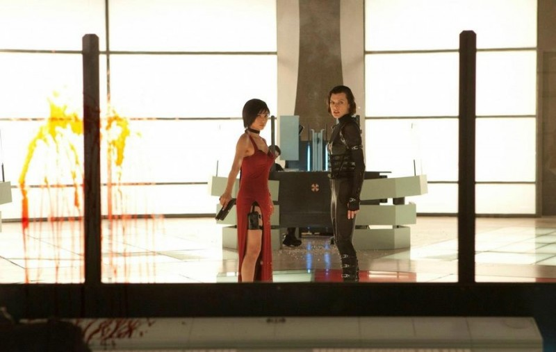 Milla Jovovich in Resident Evil: Retribution insieme a Li Bingbing