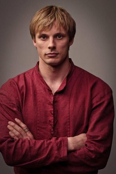 Bradley James in una immagine promozionale della quinta stagione di Merlin