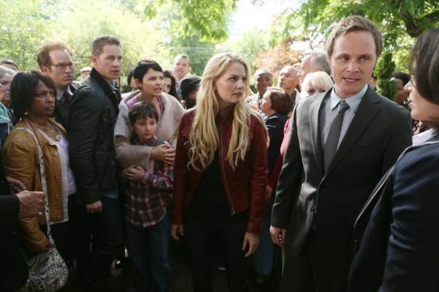 David Anders, insieme a Jennifer Morrison e Lana Parilla in una foto della seconda stagione della serie TV C'era una volta