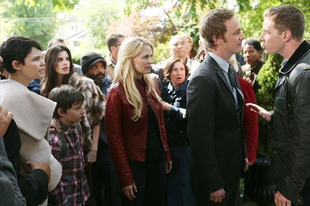 David Anders, Jennifer Morrison e Josh Dallas in una foto della seconda stagione della serie TV C'era una volta