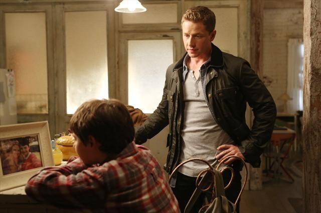 Josh Dallas con Jared Gilmore in una foto della stagione 2 di C'era una volta