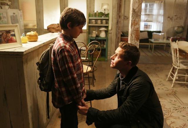 Josh Dallas insieme a Jared Gilmore in una foto della stagione 2 di C'era una volta