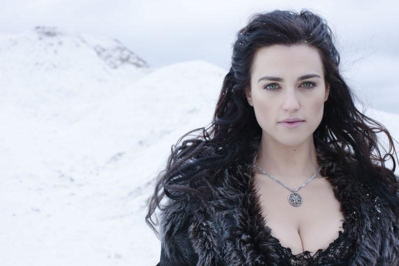 Katie McGrath in una foto promozionale della quinta stagione della serie TV Merlin