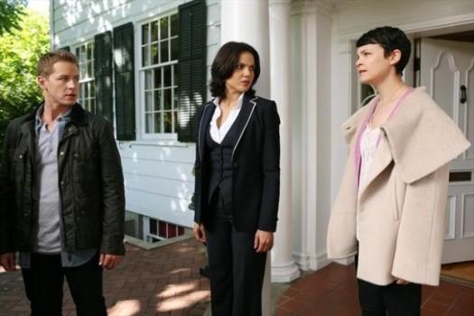 Lana Parilla, Josh Dallas e Ginnifer Goodwin in una foto della seconda stagione della serie TV C'era una volta
