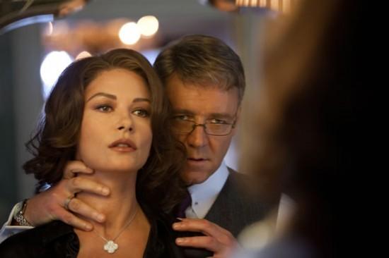 Catherine Zeta-Jones e Russell Crowe in una scena di Broken City