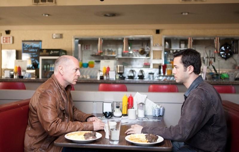 Faccia a faccia tra Bruce Willis e Joseph Gordon-Levitt in Looper
