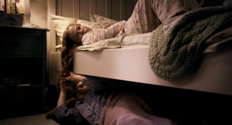 Mama: le piccole Megan Charpentier e Isabelle Nélisse in una scena del film