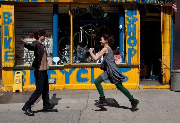 Penn Badgley e Imogen Poots in una scena di Greetings From Tim Buckley