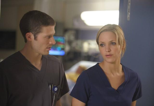 The Mob Doctor: Zach Gilford e Jordana Spiro in una scena dell'episodio Protect and Serve