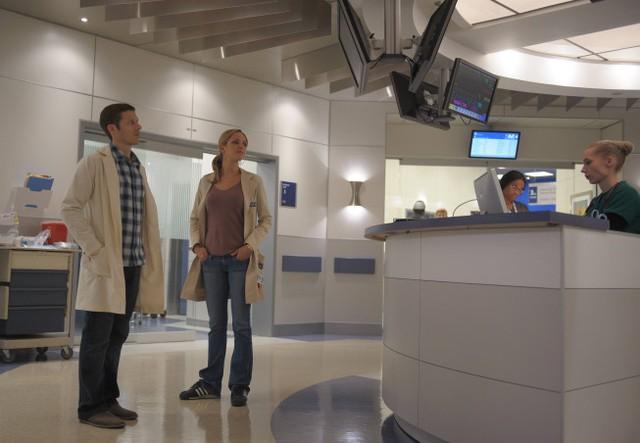 The Mob Doctor: Zach Gilford e Jordana Spiro nell'episodio Protect and Serve