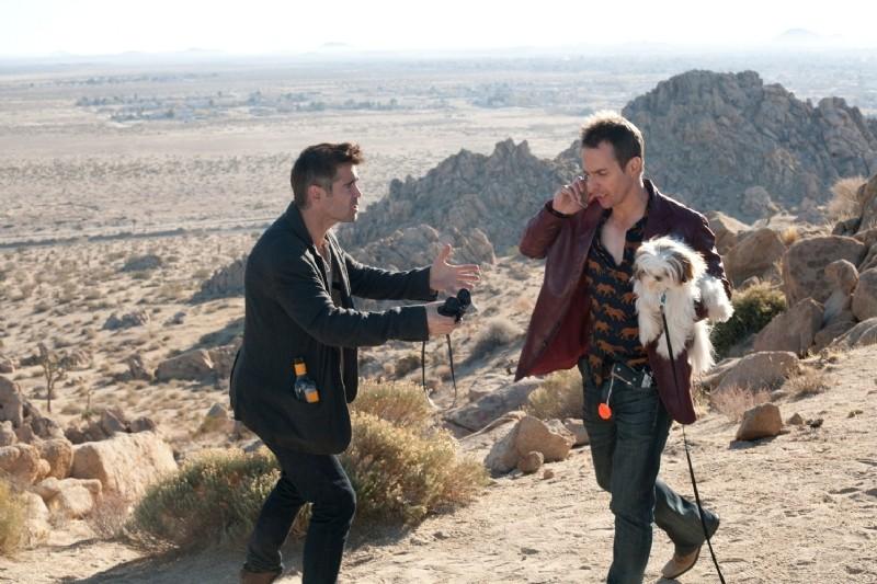 Colin Farrell, Sam Rockwell e lo shih-tzu Bonny camminano nel deserto di Seven Psychopaths