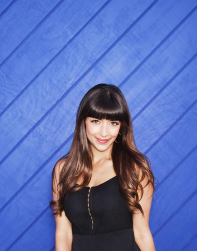 New Girl: Hannah Simone in una foto promozionale del cast della seconda stagione
