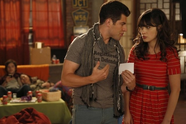 New Girl: Max Greenfield e Zooey Deschanel in una scena dell'episodio Neighbors