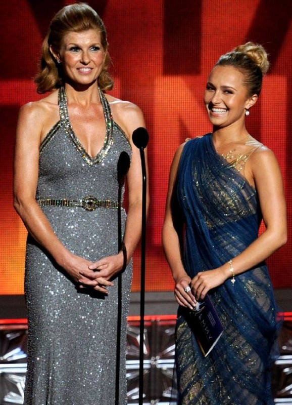 Emmy 2012: Connie Britton e Hayden Panettiere presentano un premio