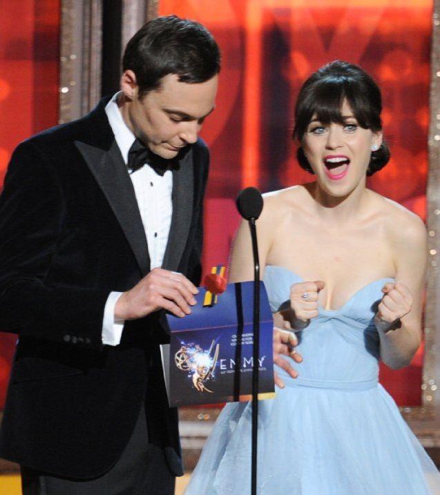 Emmy 2012: Jim Parsons e Zooey Deschanel presentano un premio