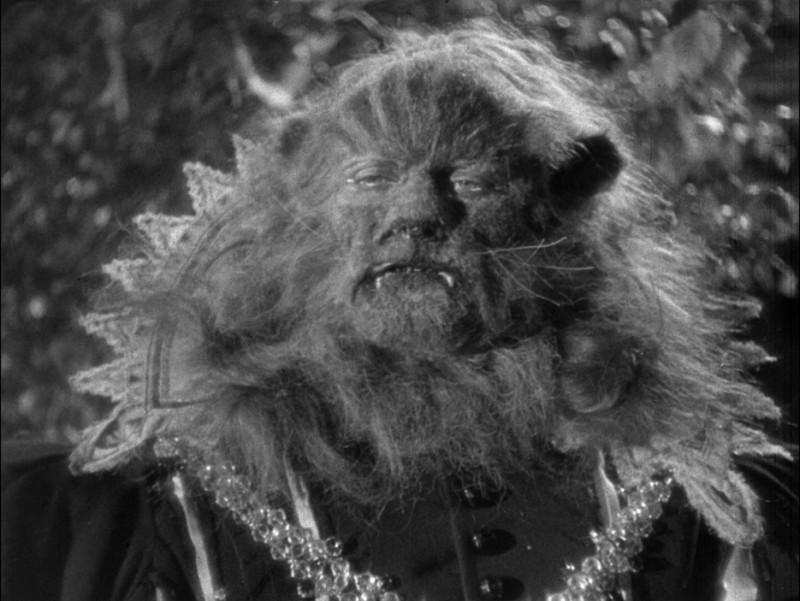 Jean Marais in una sequenza del film La Bella e la Bestia (1946)