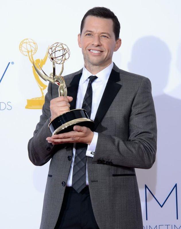 Jon Cryer con l'Emmy 2012 per Due uomini e mezzo